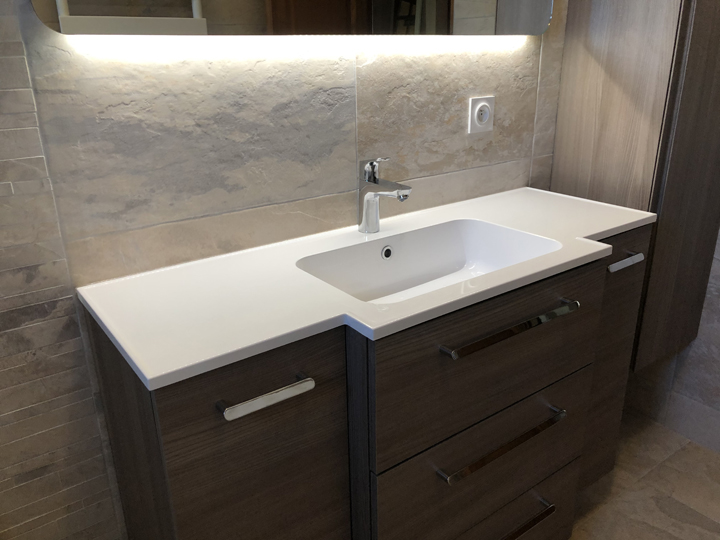 Simple vasque et meuble suspendu.